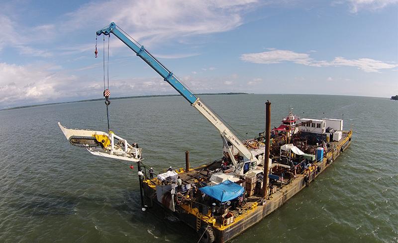 Grúa en Barcaza - Enterramiento Cable Submarino